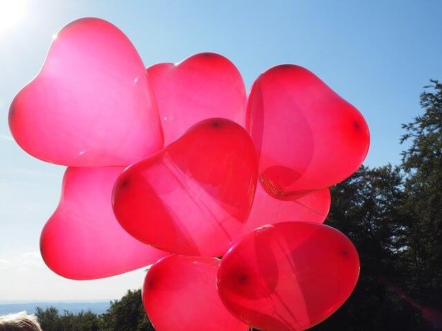 沢山のハート型の風船