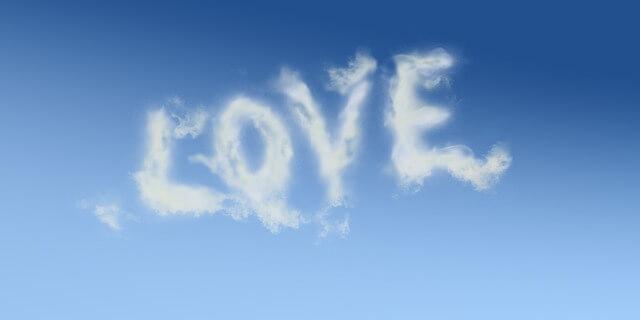 空に浮かぶラブの雲