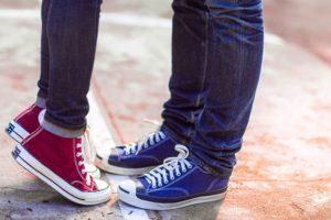 二人で立って寄り添うカップルの写真
