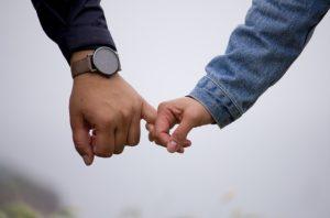 手をつないでいるカップルの写真