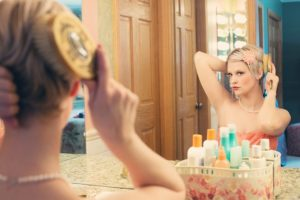 鏡の前に座っている綺麗な女性の写真