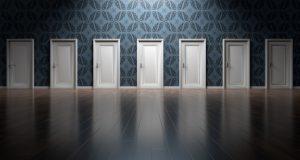 無数の扉が並んでいる写真