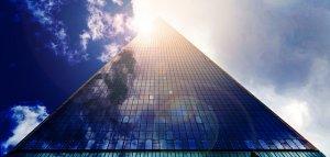 「夢占い」ビルなど高い建物から落ちる夢を見る意味とは?起きる/怪我をする