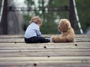 「夢占い」子供が落ちる夢を見た意味とは?ベランダから/知らない子など状況別に解説