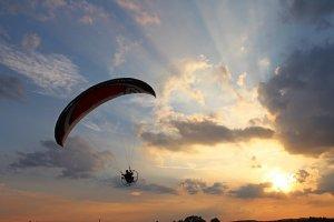 「夢占い」空から落ちる夢を見る意味とは?