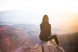 「夢占い」崖から落ちる夢を見た意味とは?自分/恋人/友達/家族/子供/車など状況別に解説